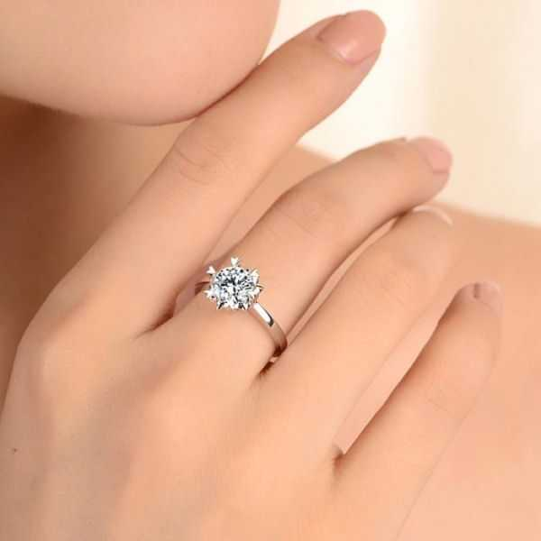 У лесби на большом пальце кольцо